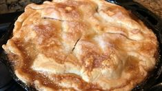 Cast-iron skillet apple pie is easy to prepare using refrigerated pie crust, Granny Smith apples, and buttery brown sugar base. Cast Iron Skillet Cooking, Iron Skillet Recipes, Cast Iron Recipes, Skillet Meals, Cast Iron Skillet Apple Pie Recipe, Pie Iron Cooking, Pavlova, Pie Dessert, Dessert Recipes