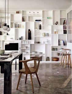 Hej Söndag! Platsbyggd bokhylla stor som en biblioteksvägg, i modernt snitt. Väldigt snyggt och väldigt många olika sätt att displaya sa...