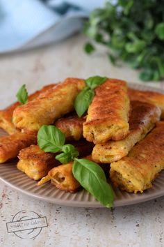"""Chleb tostowy z serem, zwinięty w roladkę, otoczony rozmąconym jajkiem i usmażony. Każdy kto próbował """"chleb w jajku"""" będzie wiedział czego się spodziewać;) Polish Recipes, Brunch Recipes, Finger Foods, Food Videos, Grilling, Food And Drink, Pizza, Menu, Chicken"""