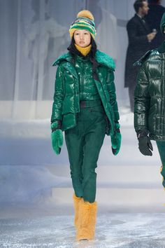 All green ski look green puffer yellow fur boots see the complete moncler grenoble fall 2017 ready-to-wear collection. Moncler, Womens Fashion Casual Summer, Winter Fashion, Fashion Week, Fashion Show, Snowboarding Outfit, Winter Stil, Couture, Outerwear Women