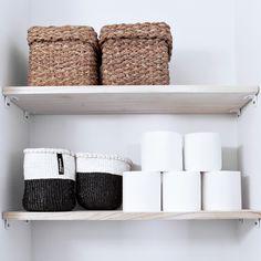 Pieneen WC-tilaan lisätilaa on vaikea saada. Avohyllyt ovat yksi vaihtoehto, eivätkä ne lisää ahtauden tuntua samalla lailla kuin umpikaappi.