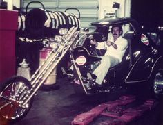Pablo Escobar and his motorcycle in the Pablo Emilio Escobar, Pablo Escobar Dead, Narcos Escobar, Colombian Drug Lord, Manolo Escobar, Dope Outfits For Guys, Celebrity Houses, Historical Pictures, Frases