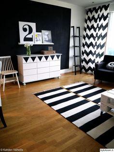 Mustavalkoiseen olohuoneeseen sopii hyvin graafiset kuviot #styleroom #olohuone #inspiroiva koti #sisustus #olohuone #mustavalkoinen Täällä asuu: kahdenvaiheilla Rugs On Carpet, Logo Design, Graphic Design, Living Spaces, Kids Rugs, Black And White, Rug Patterns, House, Pallet