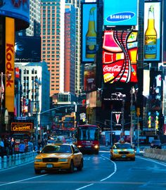 Las calles de #NuevaYork muestran toda su elegancia en la noches. Luces y colores fabulosos que enloquecen a los #turistas de todas las latitudes. http://www.bestday.com.mx/Nueva-York-City-area/ReservaHoteles/