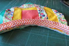 Through the window: Tutorial pantuflas patchwork / Patchwork Slippers Tutorial. Colchas Quilt, Quilts, Through The Window, Embroidery Stitches, Bed Pillows, Projects To Try, Creations, Slippers, Windows