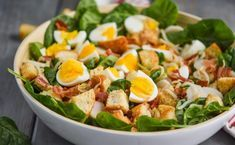 White bowl filled with spinach salad with bacon hard boiled eggs and crouto Pesto Pasta, Crab Pasta Salad, Pasta Salad Italian, Chicken Salad, Simple Spinach Salad, Bacon Spinach Salad, Homemade Bbq, Homemade Soup, Perfect Pizza Dough Recipe