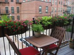 8 apartment balcony garden decorating ideas you must look at Apartment Patio Gardens, Apartment Balcony Decorating, Apartment Balconies, Apartments, Balcony Railing Planters, Balcony Railing Design, Balcony Privacy, Balustrade Balcon, Patio Lighting