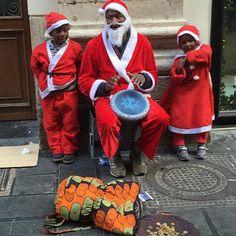 Un Babbo Natale particolare con i suoi bimbi per le strade di #Napoli