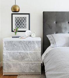 Transformez votre commode en ajoutant un adhésif marbre sur les façades des tiroirs - Adhésif marbre, Mon Magasin Général 8,75 euros - commode Malm Ikea 59,60 euros