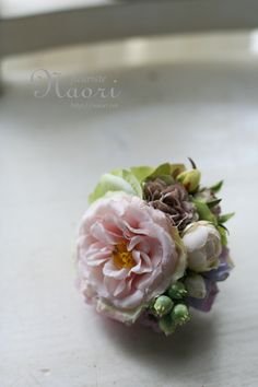 corsage  オープンローズとベリー Polymer Clay Flowers, Polymer Clay Earrings, Fabric Roses, Silk Flowers, Rose Crafts, Flower Corsage, Wedding Hair Pins, Corsages, Handmade Polymer Clay
