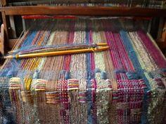 weaving with yarn Weaving Loom Diy, Weaving Art, Tapestry Weaving, Hand Weaving, Weaving Textiles, Weaving Patterns, Art Du Fil, Weaving Projects, Fibre Textile