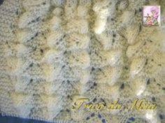 COLETE SANFONADO Material: 1 novelo de lã e agulhas nº3. EXECUÇÃO FRENTE E COSTAS: http://tricodameia.blogspot.com/ Na agulha nº 3, ...