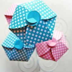 Free printable easy-to-make cupcake gift boxes for sweet gifts. (in Norwegian) http://gidetvidere.blogspot.no/2012/08/sukkerfeens-gaveeske-sugar-fairys-gift.html