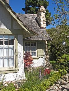 Small cottage living in a community of small homes. A small cottage built in the 1920's in Carmel, California. Photos by Lynn Momboisse. | Tiny Homes