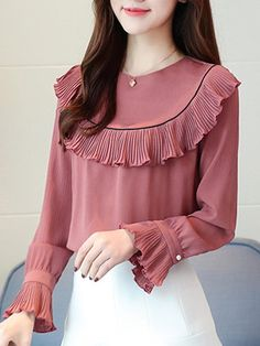 55 Ruffle Blouses Trending This Winter 55 blusas con volantes en tendencia este invierno Sleeves Designs For Dresses, Dress Neck Designs, Stylish Dress Designs, Blouse Designs, Kurta Designs, Muslim Fashion, Modest Fashion, Fashion Dresses, Stylish Dresses For Girls