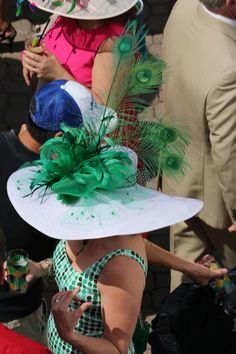 Kentucky Derby Fashion, Kentucky Derby Outfit, Derby Attire, Derby Outfits, Mad Hatter, Funky Hats, Run For The Roses, Holiday Hats, Fascinator Hats