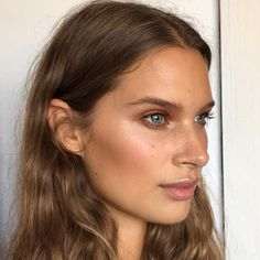 Cheekbones: brown for contouring + blush rosa viejo + highlighter. + Nariz: freckles marrón claro
