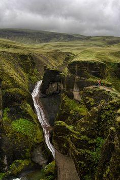 explore the arresting beauty of Iceland's countryside in fjaðrárgljúfur canyon