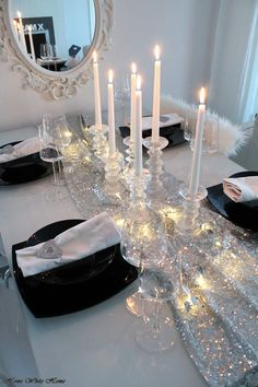 Black and white ideas to prepare your Christmas table - Floriane Lemarié, Silver Christmas Decorations, Gold Christmas Tree, Cottage Christmas, Christmas Home, Christmas Holidays, Christmas Ideas, Thanksgiving Table Settings, Christmas Table Settings, Christmas Tablescapes