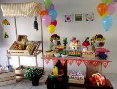 Um tema super diferente para festa de menina é Quitandinha. Olha que fofa essa mesa com decoração de frutas para quem não gosta de fazer como todo mundo! ENTRE NA FESTA! | Festa Quitandinha da Helena