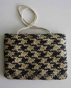 kete- I pinned this one more for the pattern than for the fact it's weaving Flax Weaving, Basket Weaving, Maori Designs, Nz Art, Maori Art, Paper Basket, Bone Carving, Weaving Patterns, Weaving Techniques