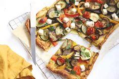 Plaattaart met groenten en feta - Lekker en Simpel Veggie Recipes, Veggie Food, Vegetable Pizza, Feta, Vegetables, Healthy, Quiches, Drink, Vegetarian Food