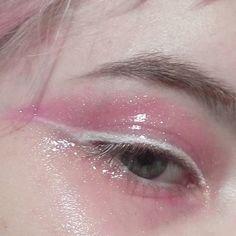 glossy pink eyeshadow,, wHiTe LiNeR