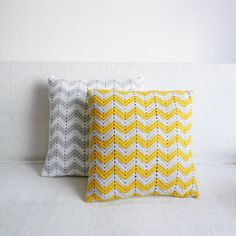 Sewing Pillows chevron crochet pattern, modern and beautiful. These would look nice as pillow shams to coordinate with a chevron afghan. Crochet Ripple, Crochet Diy, Crochet Home Decor, Modern Crochet, Crochet Crafts, Crochet Projects, Ripple Afghan, Crochet Pillows, Crochet Cushion Cover