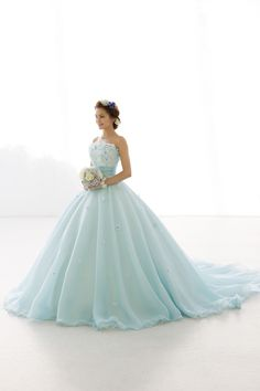 世界で1着、鮮やかなシンデレラブルーのカラードレス