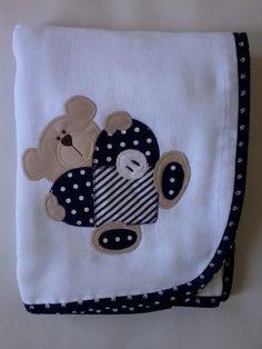 Confeccionada em tecido fralda com 04 camadas para melhor absorção. Patch apliquée e viés em tecido 100% algodão.  *As cores para o viés e o tema para o aplique podem ser escolhidos. Consulte disponibilidade. **Ideal para secar bebês recém-nascidos. R$ 42,90