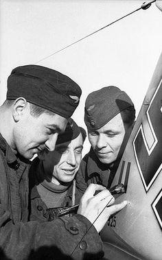Sowjetunion.- Luftwaffesoldaten beim Anbringen von Rudermarkierungen