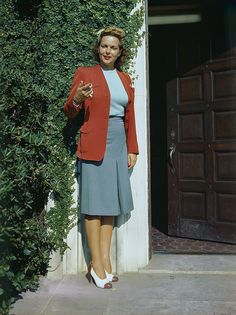Stunning Color Photographs Capture American Women in the Workforce During the 1940s Fashion Women, Timeless Fashion, Retro Fashion, Vintage Fashion, Vintage Beauty, Lindy Hop, 1940s Woman, 20th Century Fashion, Fashion History