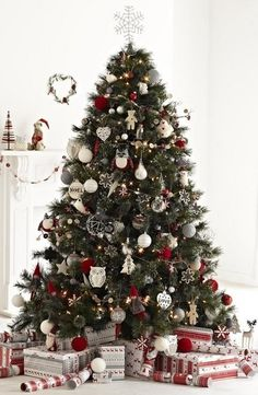 Nordic Christmas Tree - love the colours Christmas Tree Red And Silver, Cool Christmas Trees, Christmas Tree Themes, Xmas Tree, Beautiful Christmas, Natural Christmas Tree, Christmas Tree Inspiration, Christmas Trends, Nordic Christmas