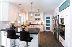 Cuisine fonctionnelle en bois laqué blanc avec comptoir de granit noir. Corner Curtains, Kitchen Redo, Home Remodeling, Kitchen Remodeling, Home Interior Design, Table, House, Furniture, Home Decor