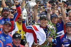 Takuma Sato y Honda ganan el Indianápolis 500   SPEEDWAY Indiana mayo de 2017 /PRNewswire-/ - Honda abrió hoy el segundo siglo de competencia en el Autódromo de Indianápolis de la misma forma que cerró los 100 años anteriores de carreras en el famoso Patio de Ladrillos: con una emocionante victoria. El veterano Takuma Sato estuvo a la cabeza superando al tres veces ganador del Indy Helio Castroneves en un feroz duelo en las últimas 11 vueltas para llegar a la meta como el primer piloto…