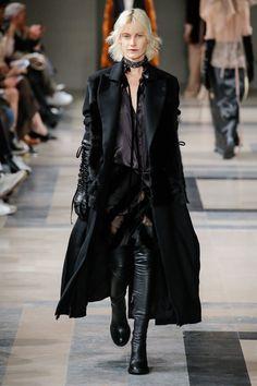 Ann Demeulemeester Fall 2017 Ready-to-Wear Fashion Show - Delfine Bafort (PREMIUM)