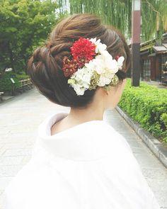 白無垢 アップスタイル #SERLIA #きれいめニュアンス #お花は新婦さんらしさを出す大事なポイント☆ #プレ花嫁 #ヘアメイク#ウエディング #白無垢 Japanese Beauty Hacks, Japanese Wedding, Japanese Kimono, Kimono Fashion, Bridal Hair, Wedding Hairstyles, Hair Accessories, Hair Styles, Japanese Hairstyles
