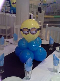Centro de mesa minions hecho con globos de látex, súper decorativo. #FiestaMinions