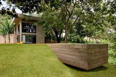 Casa de concreto com o boxe vermelho no Brasil