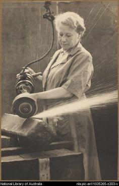 1941. Mujer trabajando en una fabrica de municiones en Australia