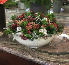 Foto's Christmas Decorations For The Home, Christmas Flowers, Natural Christmas, Christmas Mood, Christmas Candles, Diy Christmas Ornaments, Rustic Christmas, Xmas Decorations, Flower Decorations