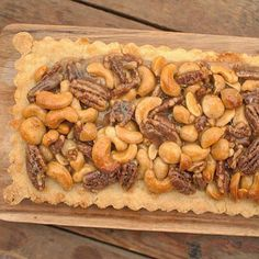 Notentaart met gezouten karamel; een zoete, maar tegelijkertijd ook hartige taart. Lekker met slagroom, mascarponecrème of vanille-ijs.