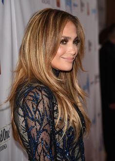 Back in April, we all agreed that Jennifer Lopez is one of our favorite sources of blond-highlighted / hair inspiration. Well, over the weekend, J.Lo did a little midsummer color refresh with celebrit Caramel Hair Highlights, Hair Color Caramel, Hair Color Highlights, Golden Highlights, Jennifer Lopez Hair Color, Fall Winter Hair Color, Hair Color 2018, Gorgeous Hair Color, Hair Magazine