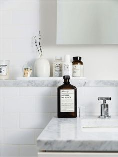 If you have a small bathroom in your home, don't be confuse to change to make it look larger. Not only small bathroom, but also the largest bathrooms have their problems and design flaws. Feng Shui Baño, Casa Feng Shui, Laundry In Bathroom, Bathroom Renos, Bathroom Interior, Bathroom Ideas, Vanity Bathroom, Budget Bathroom, Restroom Ideas