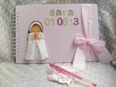Álbum Primera Comunión Sara. Con nombre y fecha en portada y fondo rosa de rayas blancas.
