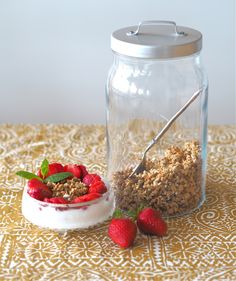 Peetun granola // Go 4 it vol. Granola, Mason Jars, Oatmeal, Breakfast, Food, The Oatmeal, Morning Coffee, Rolled Oats, Essen