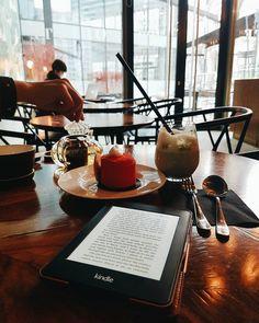 """Czytam """"Justine"""" Iben Mondrup  . . . #czytam #booknerd #igerswarsaw #vzcowarsaw #vscocam #odette #matcha #ksiazki #kindle #ebook #terazczytam #instafood #抹茶 #yum #czytamy #kawa #warsaw"""