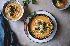 Todella yksinkertainenkin keitto voi olla todella, todella hyvää, kuten kolmen aineen chili-kookos-kurpitsakeitto on osoittanut. Tähänkään keittoon ei montaa ainesta tarvita.… Skinny Mom Recipes, Vegan Recipes, Recipe For Mom, Thai Red Curry, Chili, Ethnic Recipes, Drinks, Drinking, Beverages