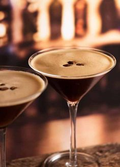 Espresso Martini - dangerously drinkable with a good slog of liquor, this coffee cocktail is made with espresso coffee, vodka and Kahlua! Espresso Martini, Café Espresso, Martini Bar, Vodka Martini, Martinis, Eggnog Martini, Lychee Martini, Martini Racing, Absolut Vodka