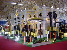 Salão da Logística 2001 - Eleito pelo público como o estande mais bonito e animado da Feira, recriou a fundação da Hyster fazendo uma viagem no tempo.